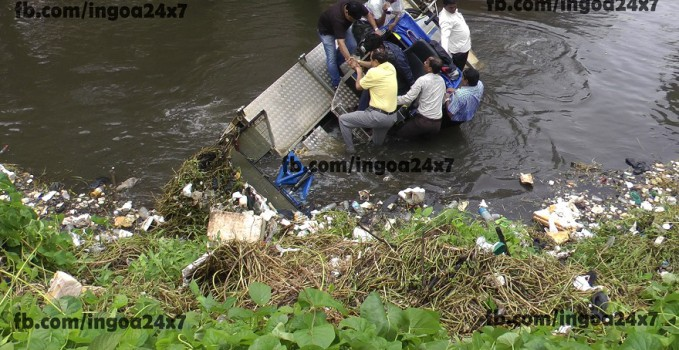 Panjim Mayor Narrolwy Escapses as De Weeding Machine Capsize in St.Inez Creek